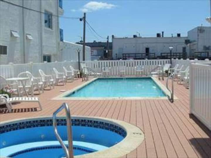 Cozy Condo - Steps to beach, Pool & Free Parking