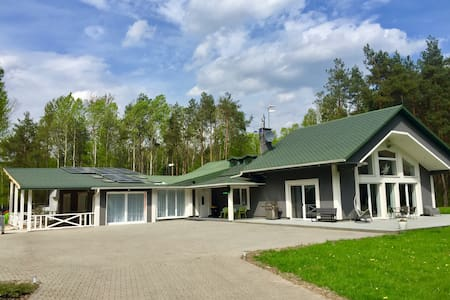Dom w lesie z basenem i salą bankietową