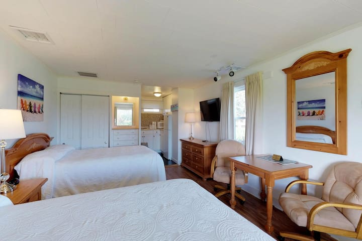 Cozy, dog-friendly condo by the sea with a shared pool, tennis, picnic area