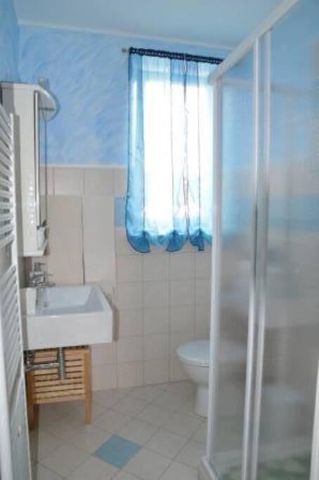 Bagno antibagno con lavatrice.