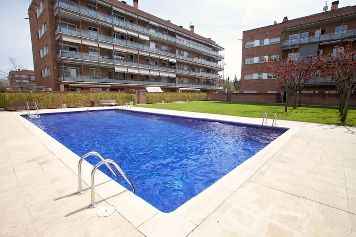 Planta baja con piscina apartamentos en alquiler en sant for Piscina sant cugat