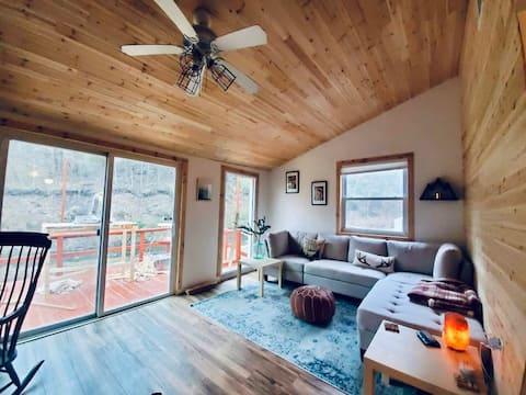 Peaceful Creekside Cabin Retreat!