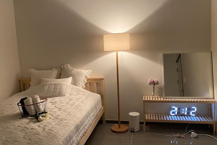 큰 침실은 원목과 화이트를 기본으로 아늑하게 연출하였습니다
