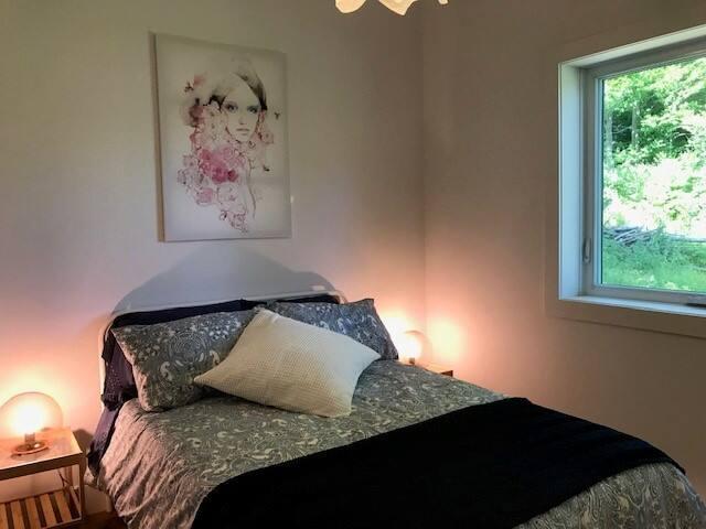 lit double avec matelas neuf ''Casper'' très confortable