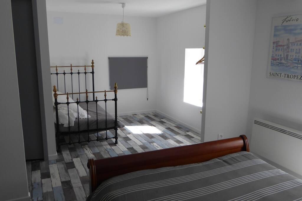 Chambre spacieuse avec lit d'appoint pour enfant