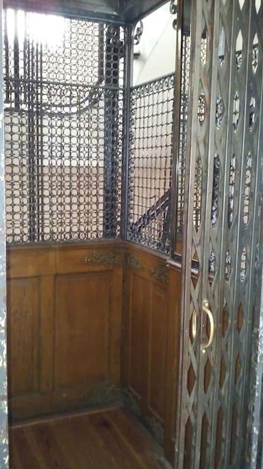 Este es el primer ascensor a la izquierda de la entrada al Pasaje San Martín. Es el que hay que usar para llegar al Segundo piso.
