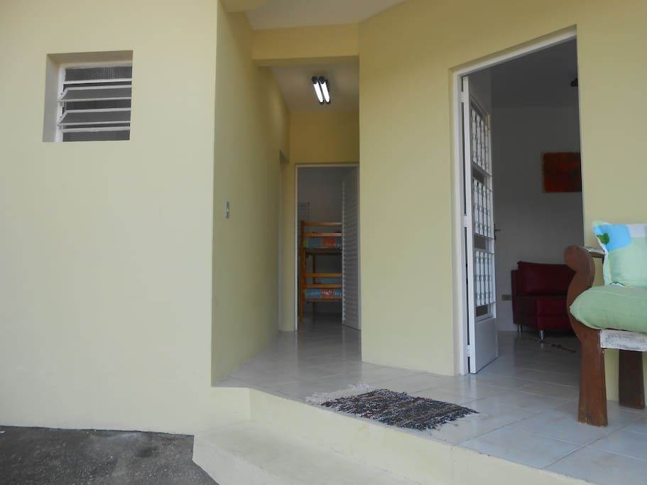 Frente da casa mostrando o acesso para os outros cômodos da casa.