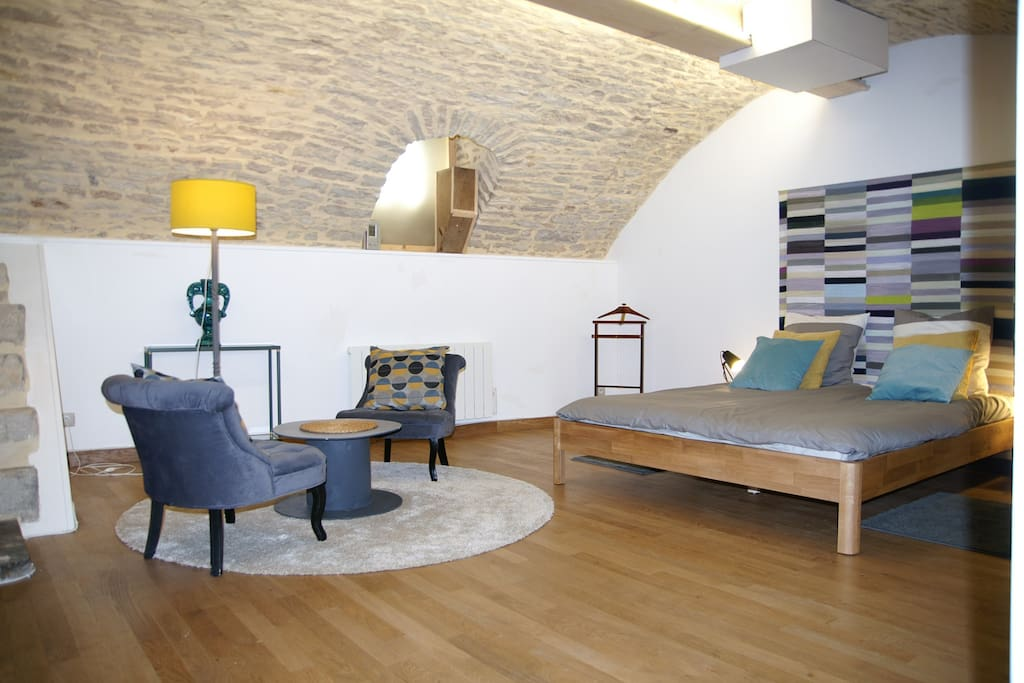 Chambre de 35 m² avec lit de 160 x 200 cm et salon détente