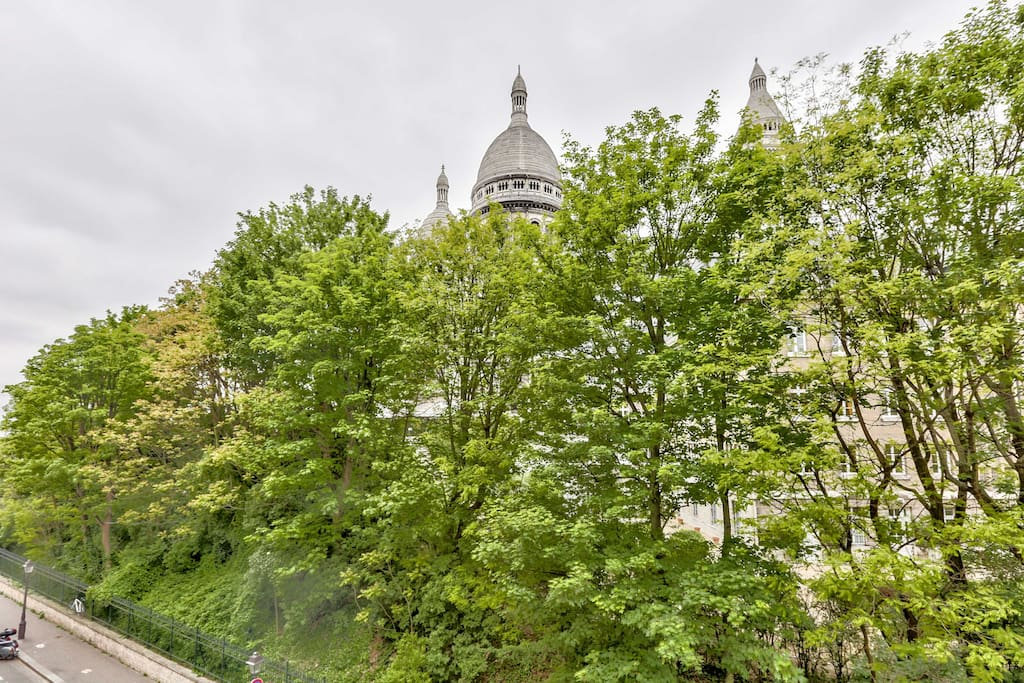 Extraordinary view of the Sacré Coeur from the bedroom to waking