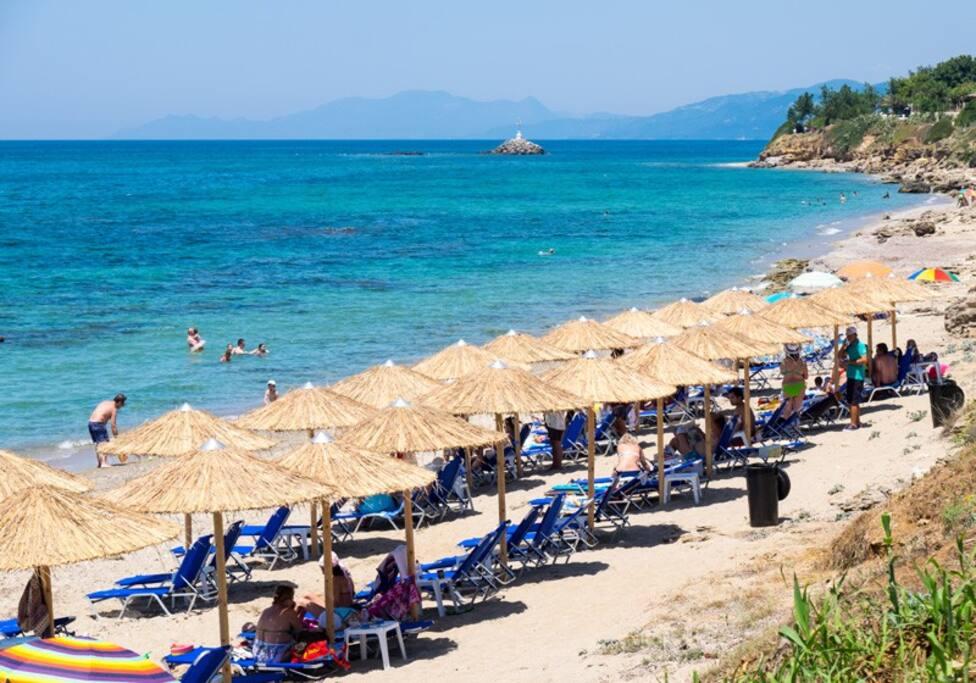 Απολαύστε την οργανωμένη παραλία του Ξενοδοχείου μας στα 20 μέτρα από το δωμάτιο σας !!!