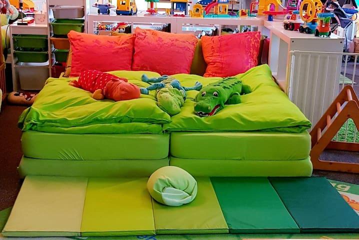 FAMILIENZIMMER Doppelbett mitten im Spielplatz