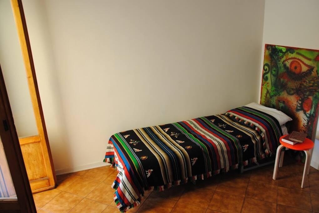 Salottino con letto singolo e accesso al terrazzo