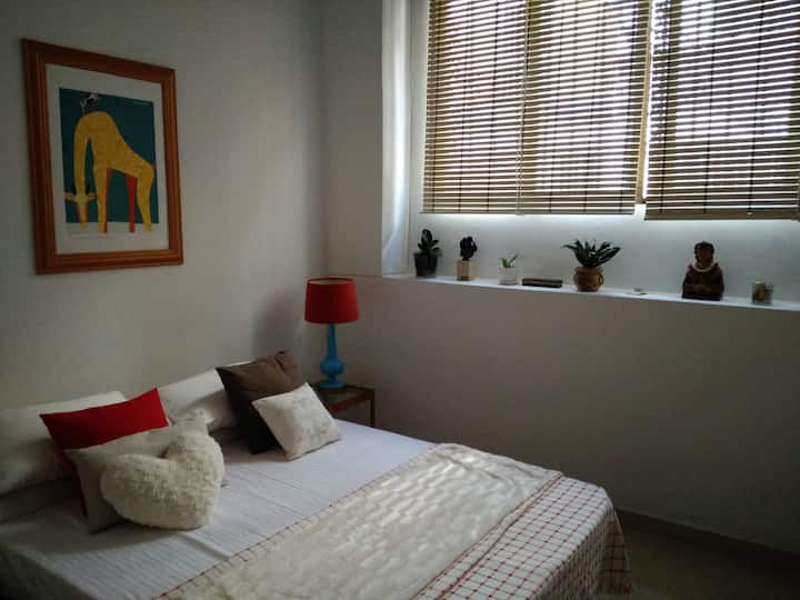 Céntrica moderna habitación acogedora. Ideal pareja. Cozy room!! Your home  far away your home! Near  places  of interesting!  Chic And relaxing.  Luminosa, cómoda y espaciosa  habitación