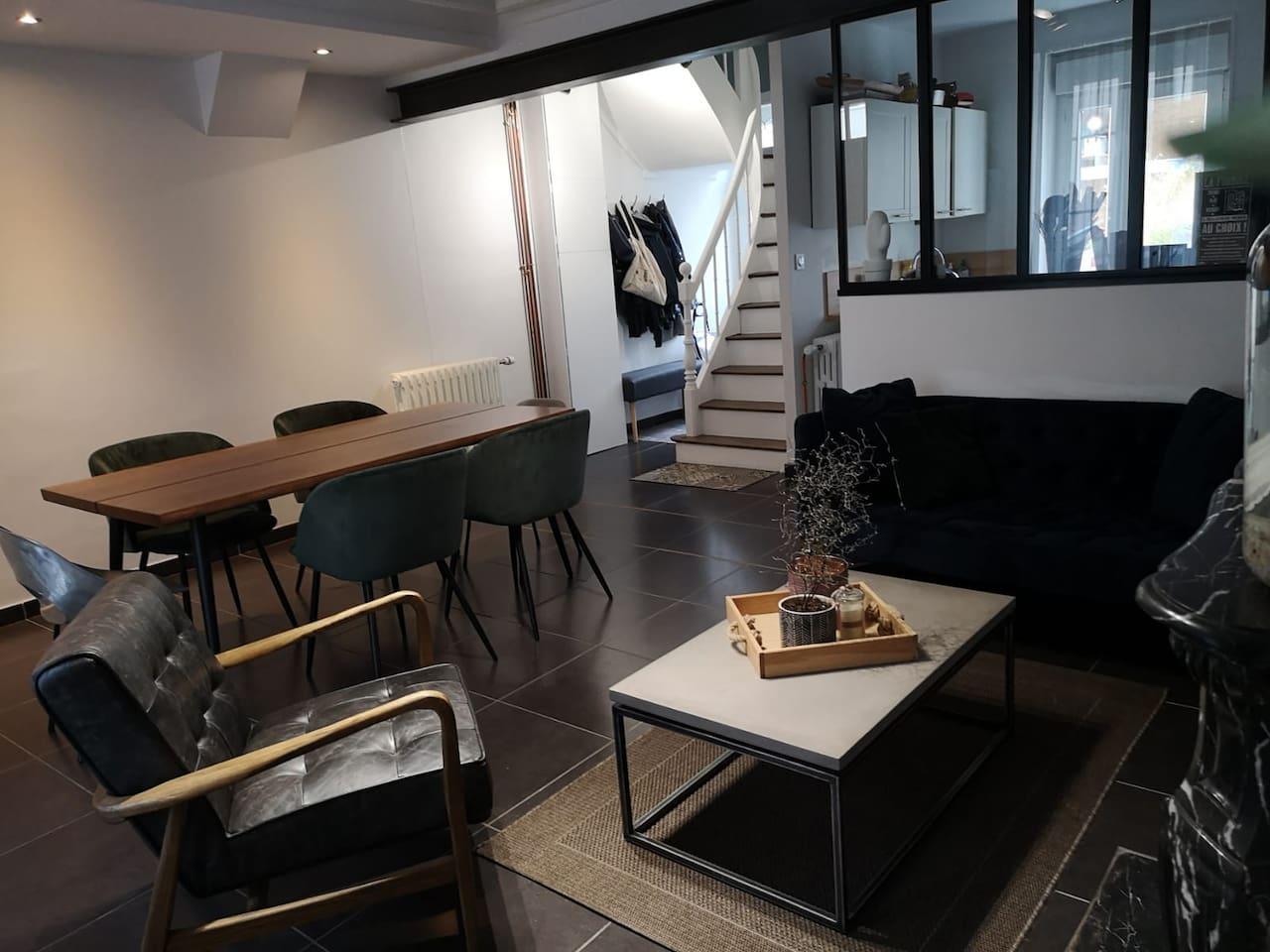 Salon avec canapé, fauteuil , table à manger 6p et une télé équipé de toutes les chaines de sport, CANAL, BEIN,EUROSPORT...