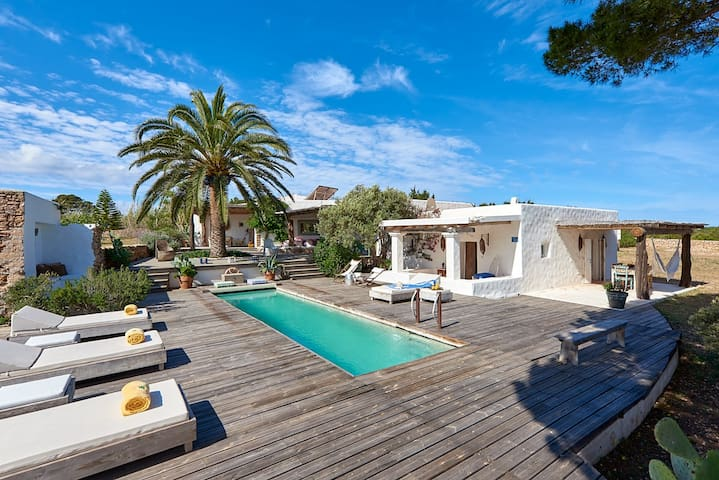 Villa con piscina,vista mare,immersa nella natura