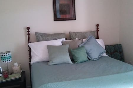 Cozy bedroom with access to kitchen and wifi. - Gaithersburg - Townhouse