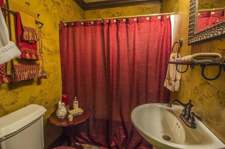 Shared bathroom for King and Queen rooms