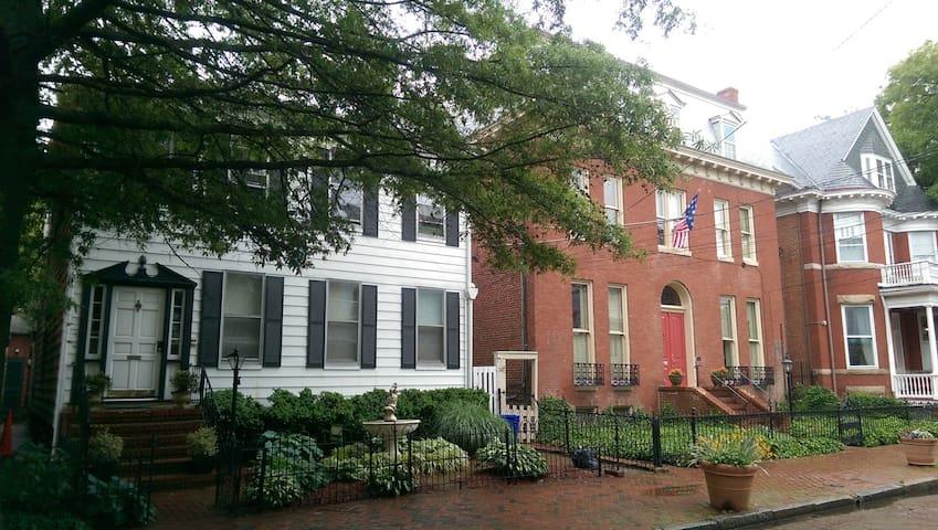 Studio Apt in the heart of Historic Annapolis!