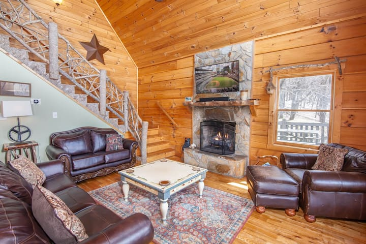 Beech View Retreat Great Room with Leather Furniture, Stone Fireplace and HD Smart TV