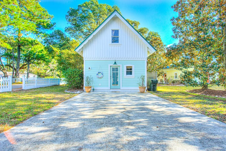 IC1 Little Lifeboat House * Dog Friendly * Charming Cottage within Walking Distance to Historic Downtown Manteo