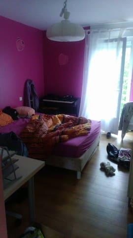 belle chambre - Savigné - Apartment