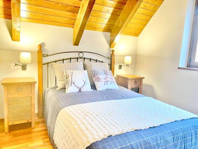 Habitación con cama doble en buhardilla