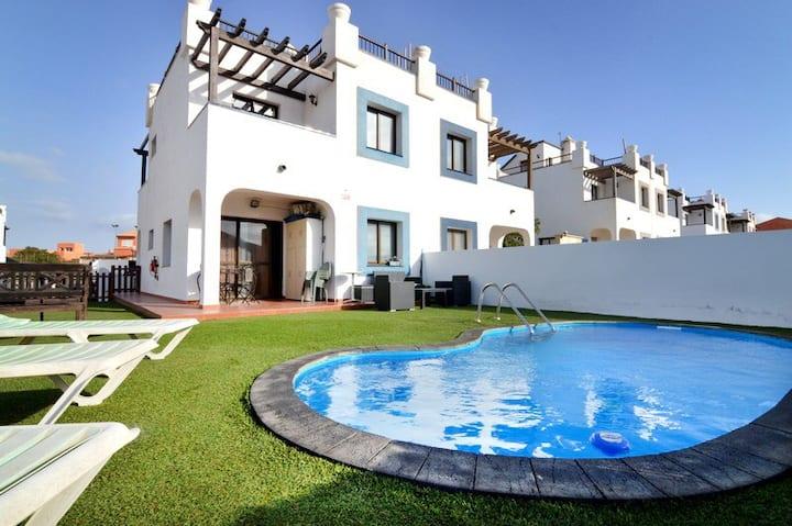 Habitación en una villa con piscina y baño privado
