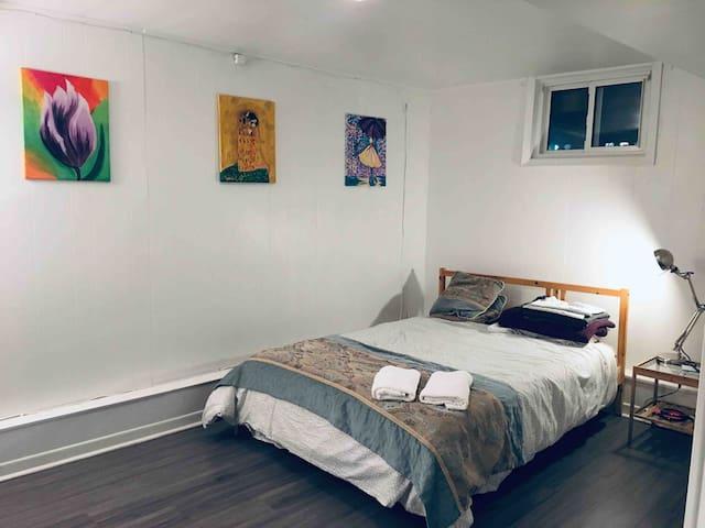 Cozy private suite @Mid-town Toronto YongeEglinton
