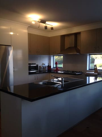 Spacious 4 bedroom 3 bath home near river and CBD - Maylands - Haus