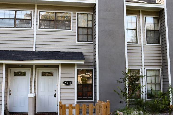 Enjoy a stay in a newly renovated townhome in the heart of the desirable Park Circle neighborhood!