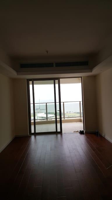 客厅中看到的阳台外海景