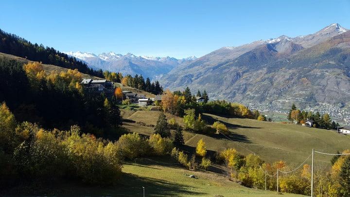 La casa della roccia con vista sulla Valle d'Aosta