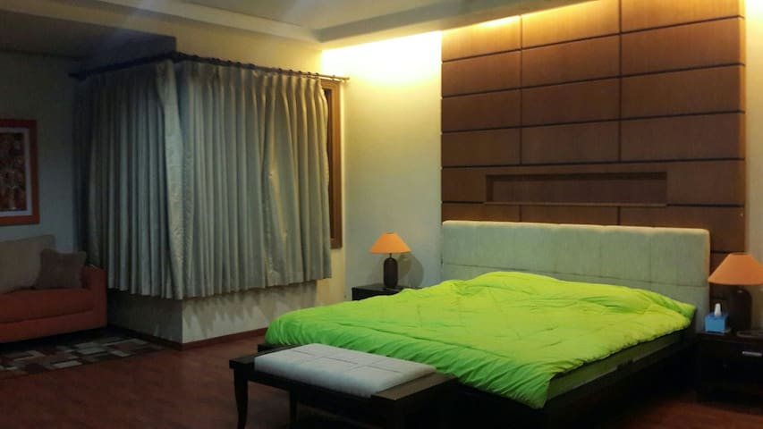 Cozy guest house with 3 rooms - Bandung - Ev