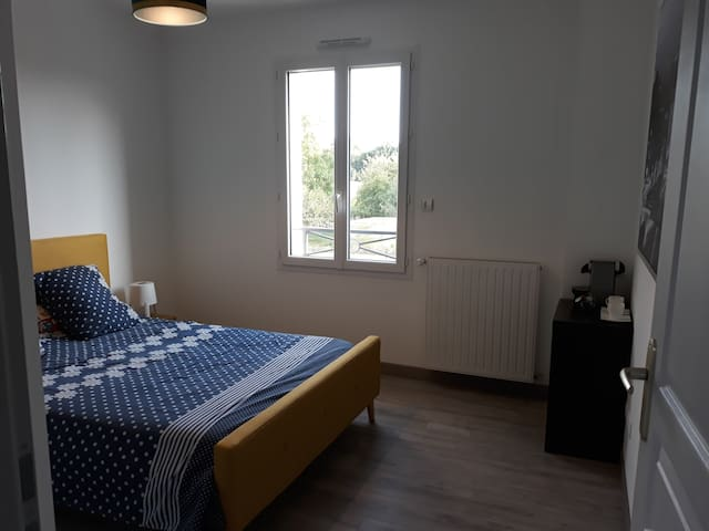 Belle chambre privative lit double +TV / PS4/ Wifi