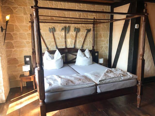 Gut beschützt im King-Size Bett aus Indien