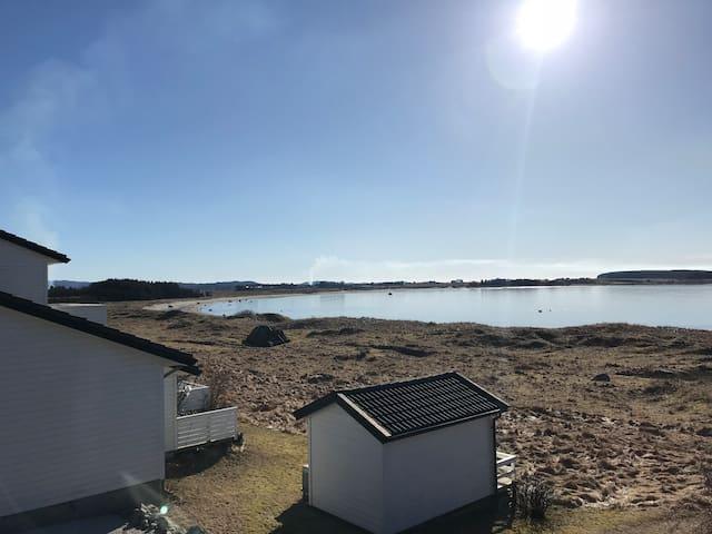Utsikten fra den store terrassen mot badestranden / havet retning øst.