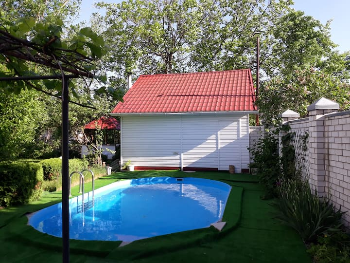 Уютный дом у озера с баней и бассейном
