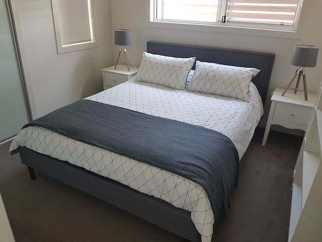 Comfortable Bedroom in Bulimba Convenient Location