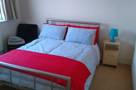 Lovely bright double bedroom in quiet area - Greenford - Rumah
