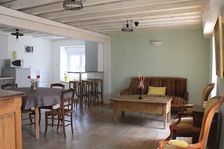 Maison nichée au cœur d'un vieux village