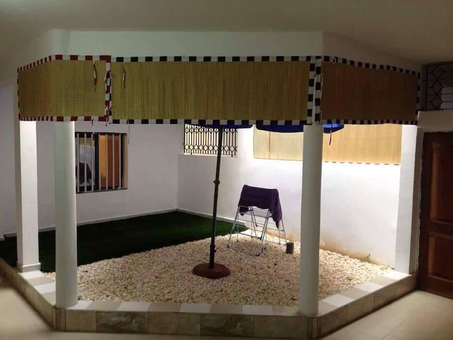 Cour intérieure en forme de patio avec parassol