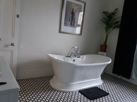 Luxury Bedroom Bathroom 50'' TV Netflix Fibre WiFi