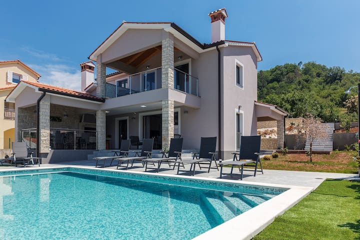 NEW! Luxurious & peaceful Villa Fjolla with pool