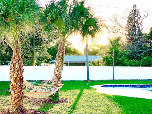 Pool Oasis Getaway Home! next to Universal/Disney