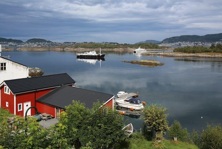 Eget sjøhus på kaikanten ved fjorden.