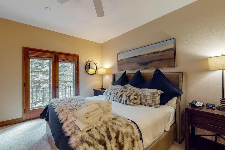 Stylish ski-in/ski-out condo w/ central AC, shared hot tubs and outdoor pool