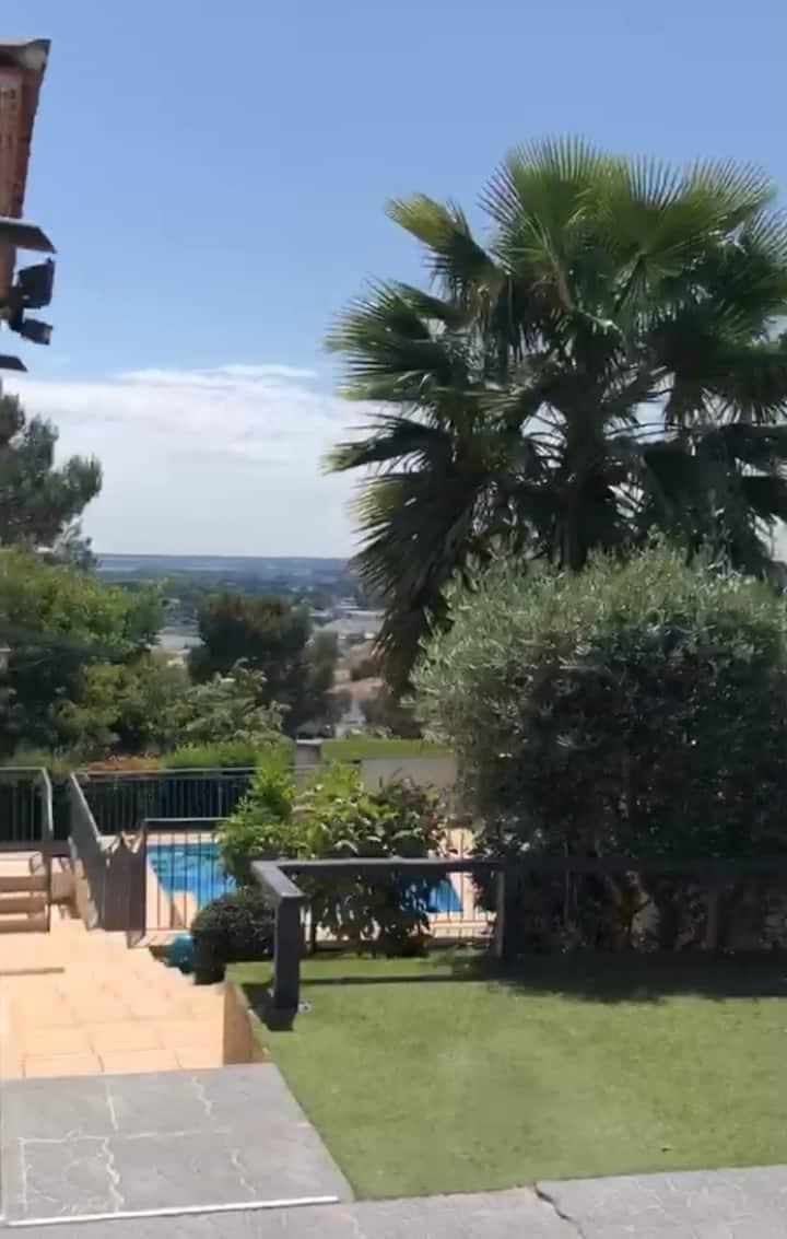 Joli T1 meublé attenant à une villa avec piscine