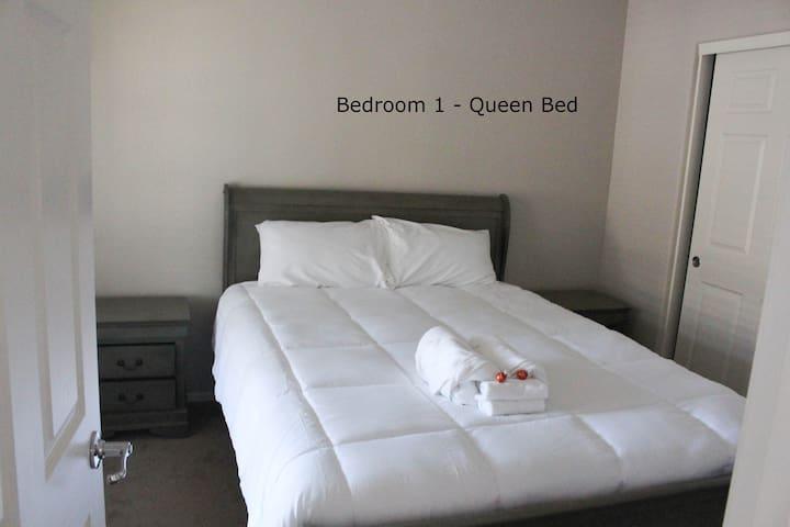 Cozy Comfy Queen Bed (downstairs)
