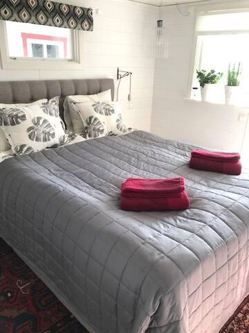 Kontinentalsäng 160 cm med bekväm madrass. Sängkläder och handdukar finns att hyra för 100:-/person. Säg till vid bokningen.