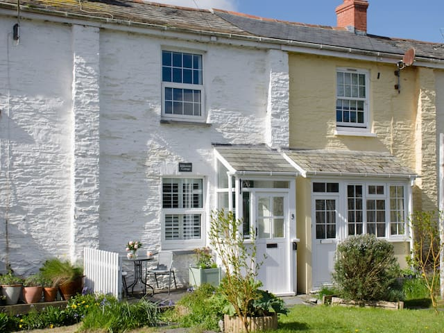 EDDYSTONE COTTAGE, family friendly in Wadebridge, Ref 968526